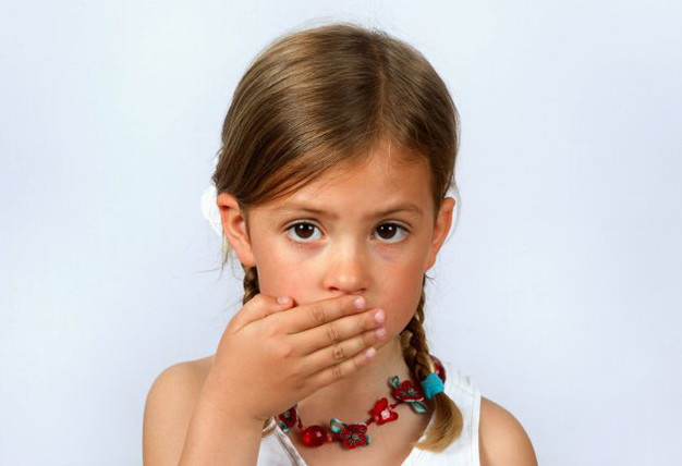 Devojcica prekrila rukom usta