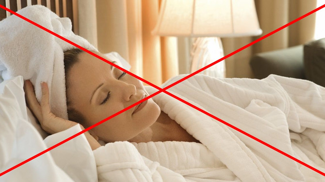 Se coucher les cheveux mouillés ? Le rituel à oublier !