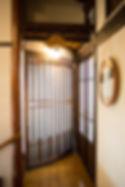 宮大工の仕事を感じるアーチ型の客室扉