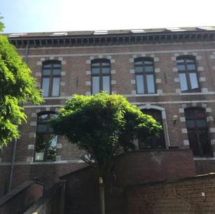 El edificio del lado del jardín