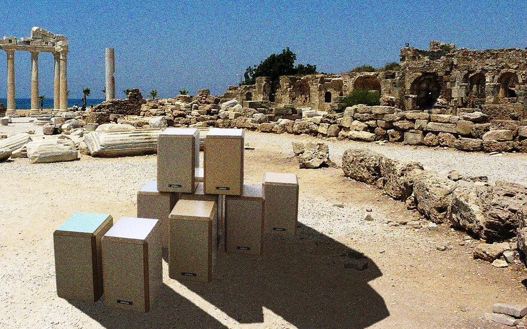 tabourets dans ruine grecque.jpg