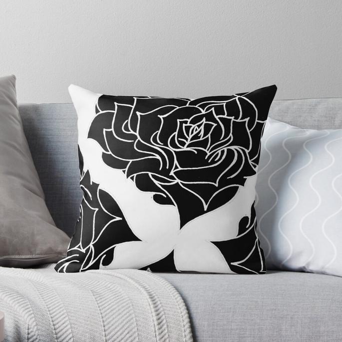 Coussin motif rose noire