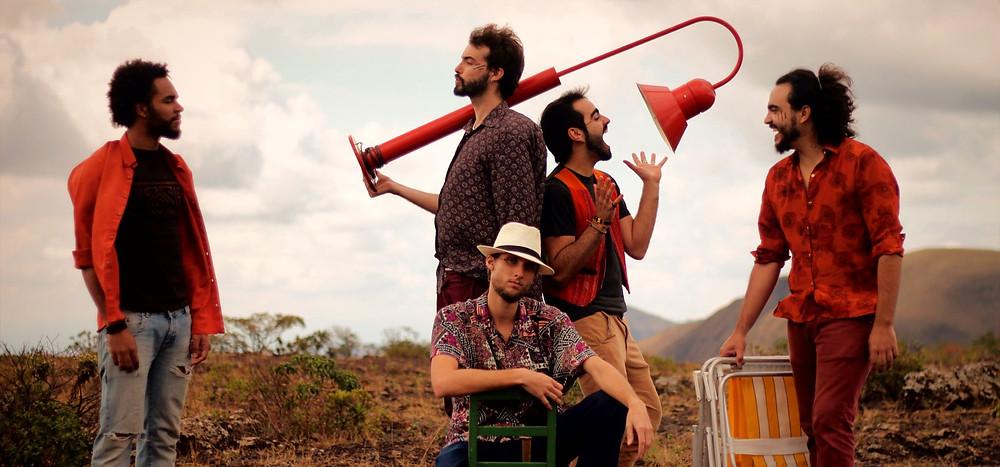 integrantes da banda caldêra em uma sessão de fotos