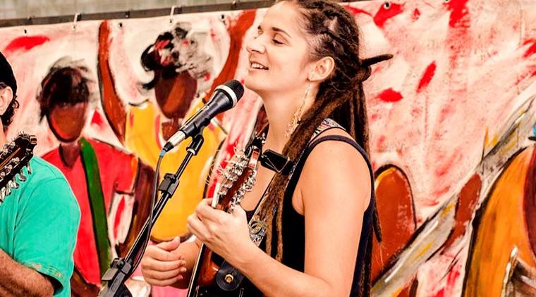 letícia leal tocando viola em um show