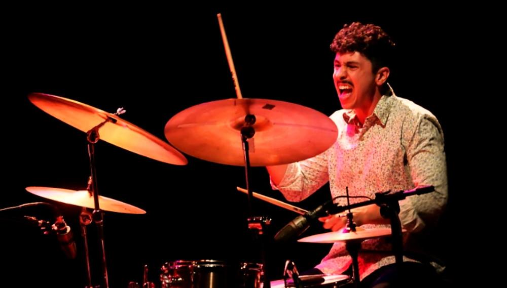 baterista gabriel bruce tocando ao vivo