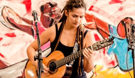 A violeira Letícia Leal