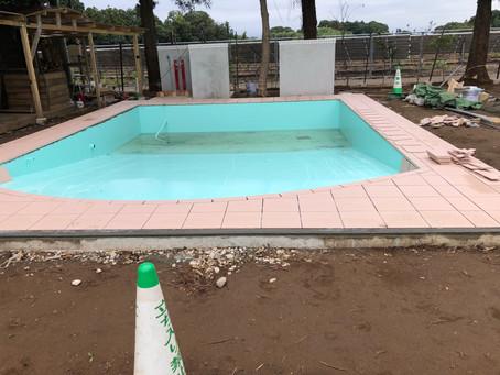 プール工事大幅な遅れ
