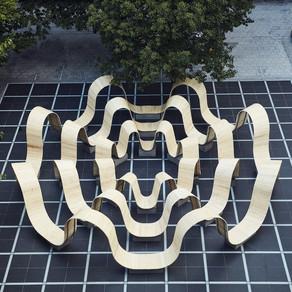 Instalação curvilínea convida as pessoas a fazer parte do design em Londres