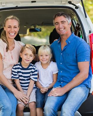 familia-feliz-de-quatro-pessoas-sentadas