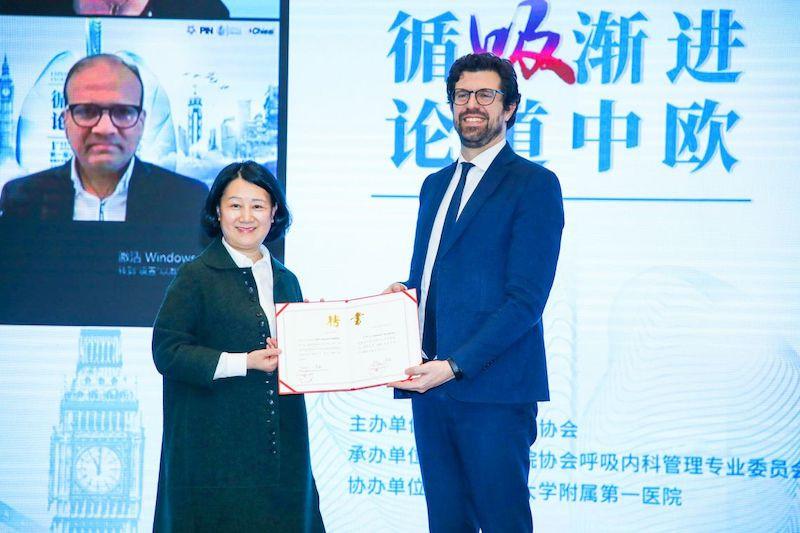 """CHONGQING - Il 17 e 18 aprile scorsi si è svolto a Chongqing il """"1st Sino-EU International Respiratory Forum"""", organizzato dal Comitato della Medicina Respiratoria dell'Associazione degli Ospedali di Chongqing e dal Primo Ospedale Affiliato dell'Università Medica di Chongqing,"""