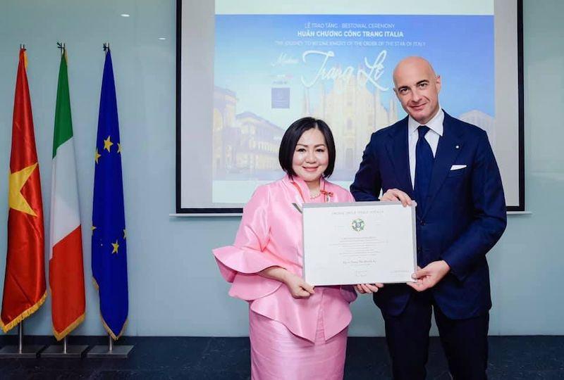 HCMC - Nei giorni scorsi il console generale d'Italia a HCMC, Dante Brandi, ha consegnato a Trang Le, presidente della Vietnam International Fashion Week e del Consiglio degli Stilisti di Moda dell'ASEAN, il Cavalierato dell'Ordine della Stella d'Italia.
