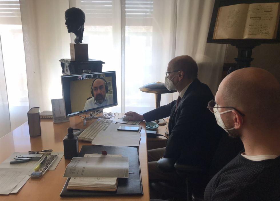CHIETI - Si è svolto nei giorni scorsi l'incontro, svolto in videoconferenza, tra sindaco e consigliere di Chieti, rispettivamente Diego Ferrara e Paride Paci, con l'Associazione Abruzzesi in Cina.