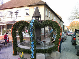 Geschmückter Marktplatzbrunnen