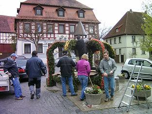 Aufbau Osterbrunnen 2011 008.JPG