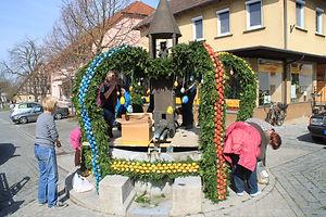 Osterbrunnen_schmücken_März_2015_009.JPG