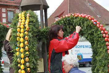 Schmücken_Osterbrunnen_2011_026.JPG