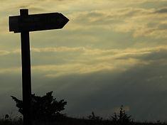 Wanderweg Schild im Sonnenuntergang- go-trekking.ch