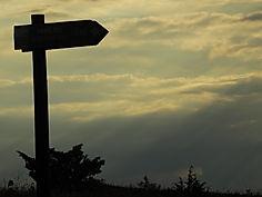 Wanderweg Schild im Sonnenuntergang