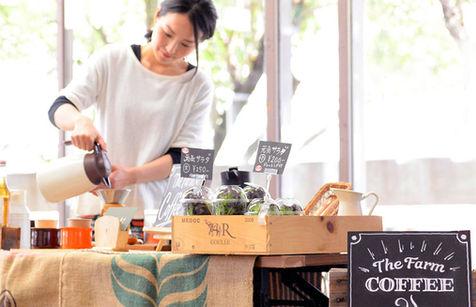 コーヒーを注ぐ女性スタッフ