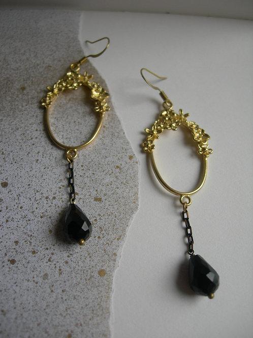 Vignette earrings. Black