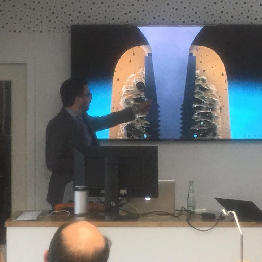 Dr. Fernando Peixoto em Berlim falando sobre implantes dentários e CEREC e sua aplicação na estética dentária, incluindo as lentes de contato dentais