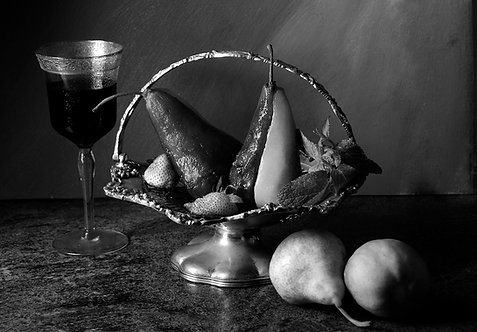 Peras en almíbar de vino rojo III. Black & White. From the bodegon series, 2015
