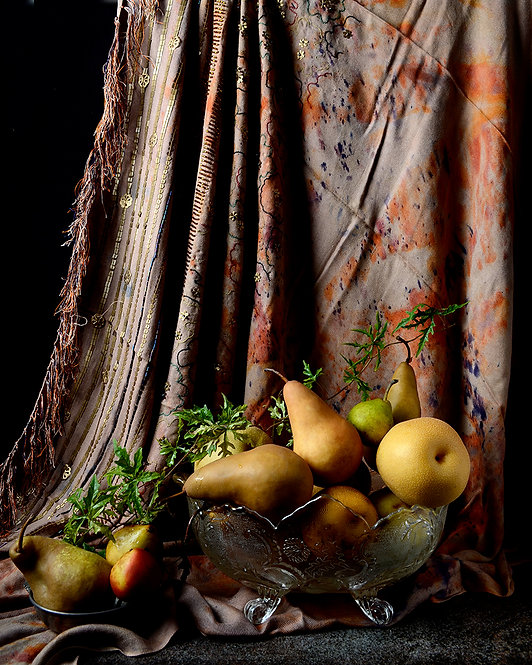 Peras con cortina marroquí II. From the bodegon series, 2015
