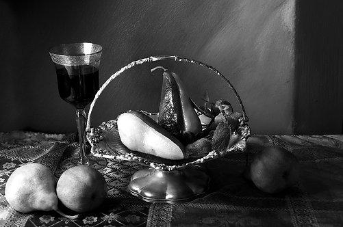 Peras en almíbar de vino rojo II. Black & White, 2015
