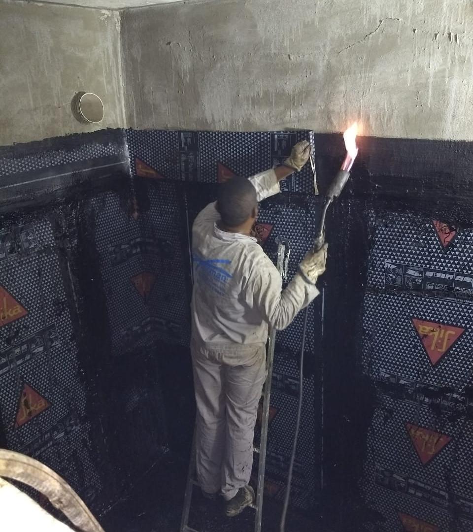 impermeabilização_com_manta_colada_com_asfalto_em_caixa_dagua.jpeg
