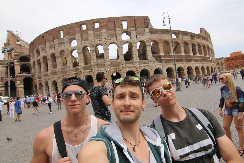 John, Tanguy et Anthony devant le célèbre Colisée de Rome