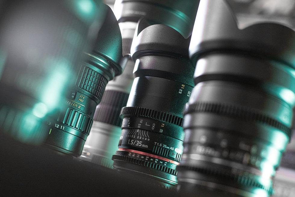 set d'objectifs cinéma avec des reflets de lumières verdâtres