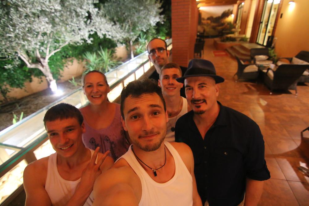 """La Team STAMA avec d'autres participant à l'émission TV , notamment: Joe Alexander (Allemagne) et les humoristes du groupe """"Bande Artisitique"""" (Canada)"""