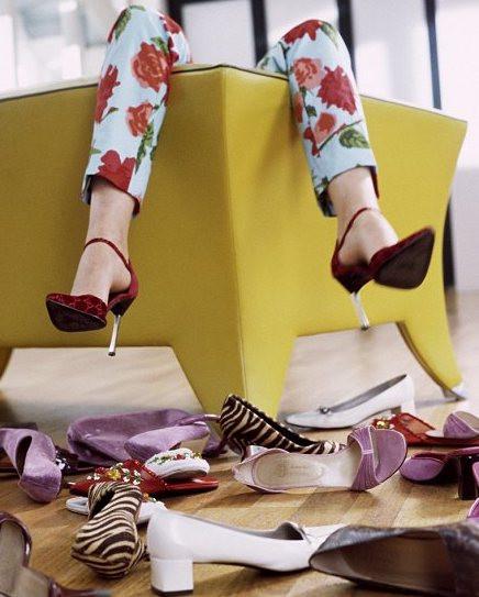 Paires de chaussures répandues sur le sol