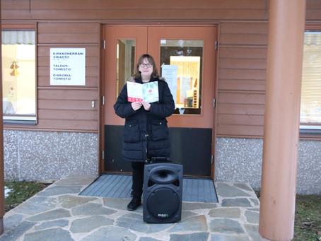 Kanttori Elisa Ojala jakaa jouluiloa laulamalla tilauksesta pihamaalla
