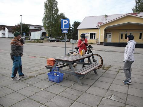 Pyörällä työmatkansa taittajia odotti aamupala