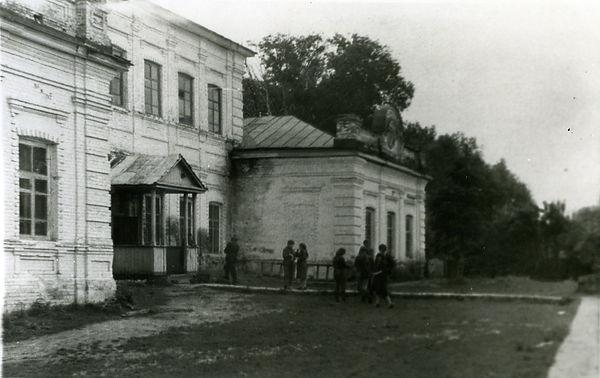 Копенская средняя школа (здание бывшего господского дома). Фото 1970-х гг.