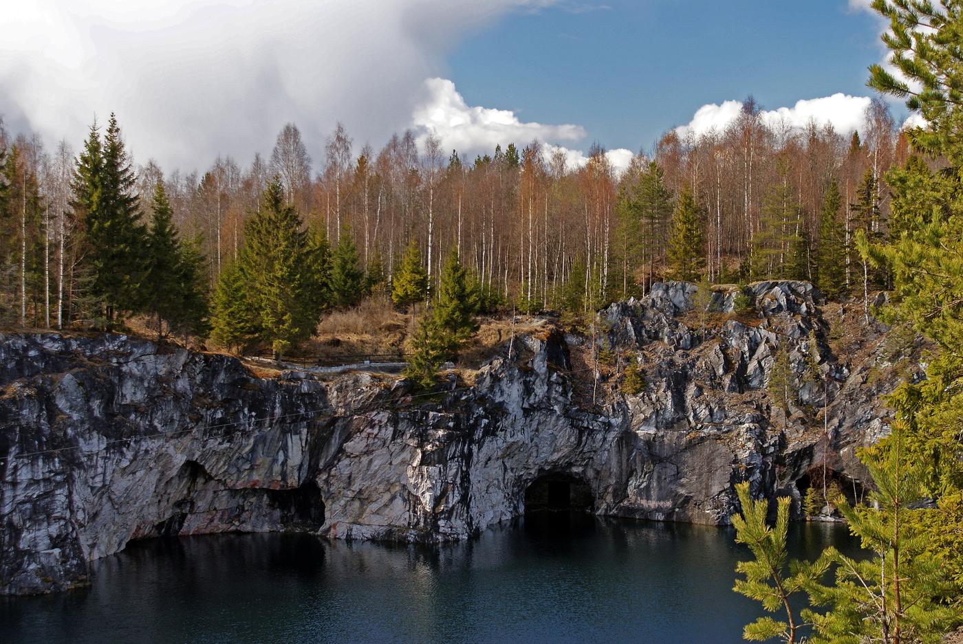 Крупный вид скалы с низиной под дом