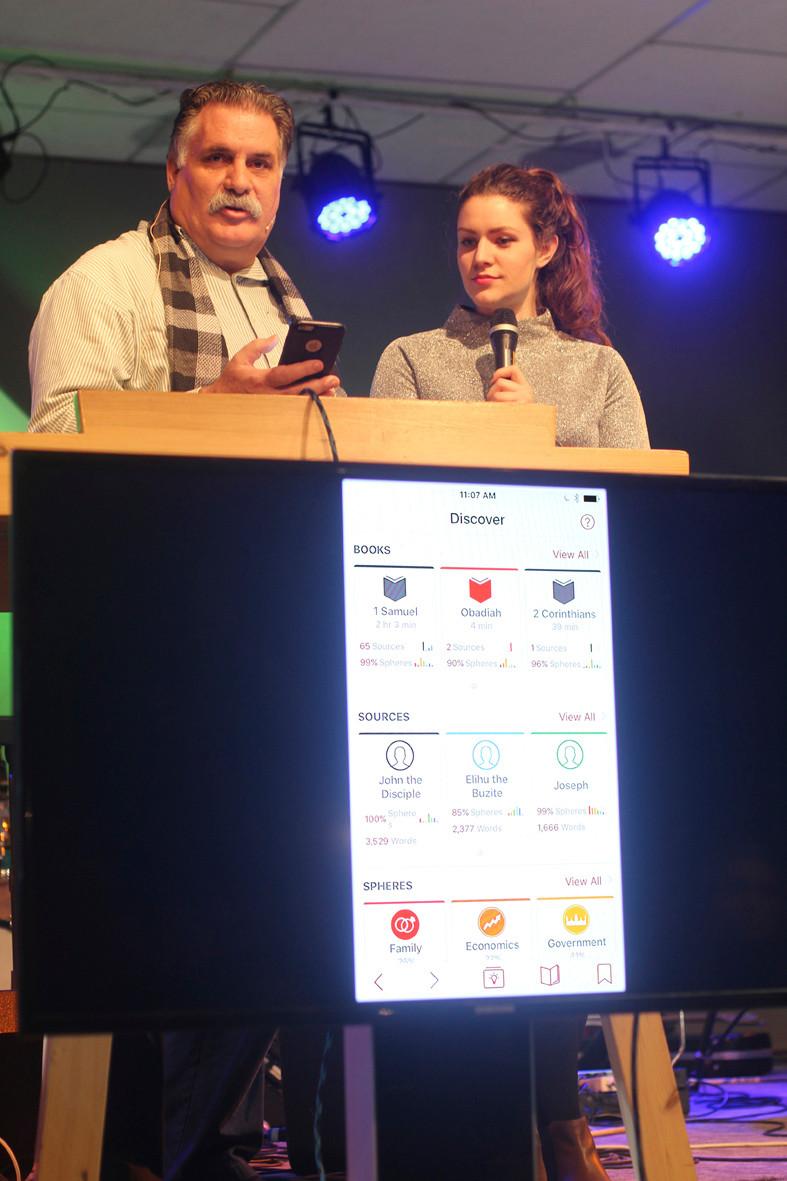 Under medarbeidersamlingen på Grimerud i januar, delte David Hamilton, tolket til norsk av Anna Egeberg, på flere møter. Han viste blant annet frem SphereView-appen. Det er et nytt, innovativt og digitalt bibelverktøy, utviklet av UIO internasjonalt.