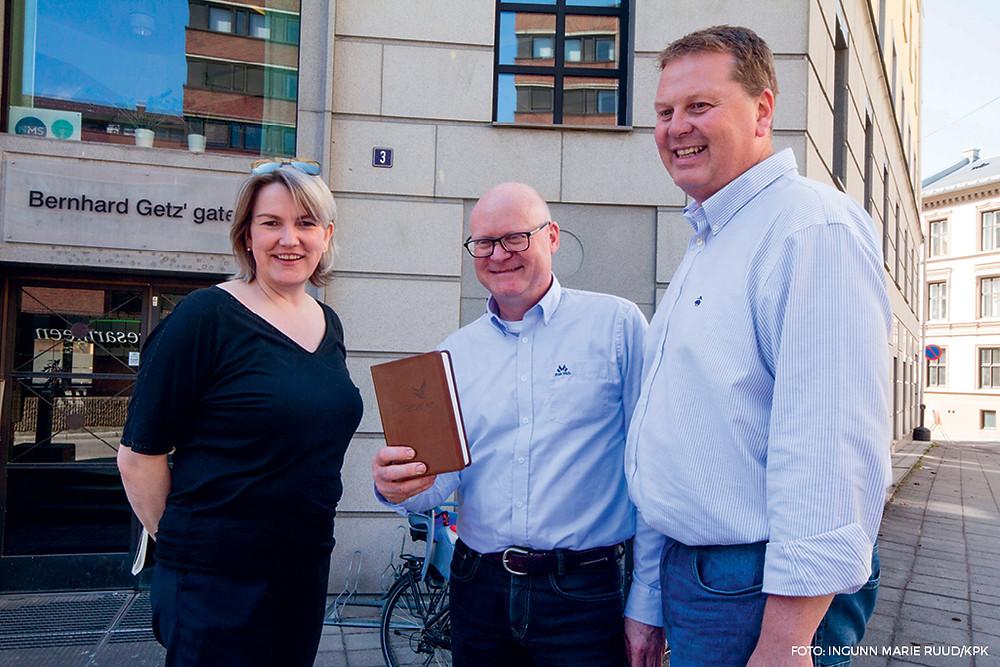 Fra venstre, Ingeborg Mongstad-Kvammen, generalsekretær i Bibelselskapet, Anders Hverven styreleder for Bibelen til Alle Østfold og Hans Kristian Sandtorp, prosjektleder i Ungdom i Oppdrag, da kontrakten for bestilling av 80 000 bibler ble skrevet.