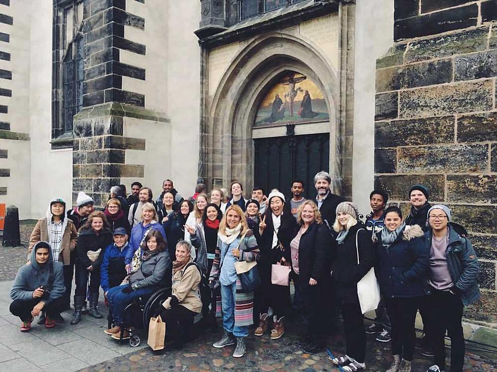 Stab og studenter fra UIO Tyskland utenfor kirken i Wittenberg, hvor Luther hengte opp sine teser, noe som ble startskuddet for reformasjonen.Foto: Privat