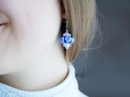 Verspielte Ohrhänger in blau und pink