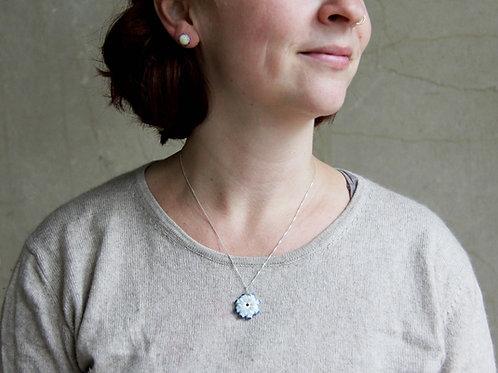 Mandalaperle Creme-Blau auf Silberkette