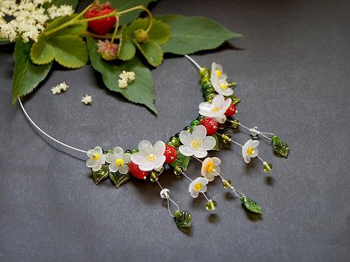 Collier mit hellroten Erdbeeren und weißen Blüten