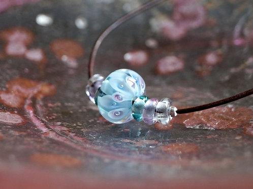 Solitär-Perle blau-rosa auf Lederbändchen