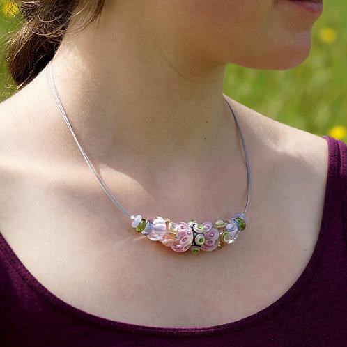 Collier mit grün und rosa gemusterten Perlen