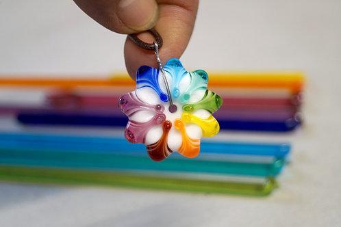 Regenbogen-Mandalaperle auf langem Bändchen