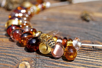Eine Biene überprüft die Honigtropfen-Kette.