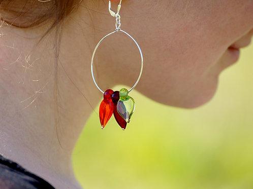 Creolen mit roten und grünen Blättern
