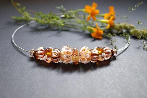 Verspieltes Collier mit honigfarbenen Perlen