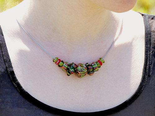 Collier mit rot-grünen Perlen